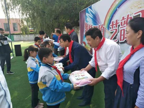 助力教育脱贫 情暖留守儿童 ——娱乐老虎机为宝鸡李达小学捐赠爱心书包
